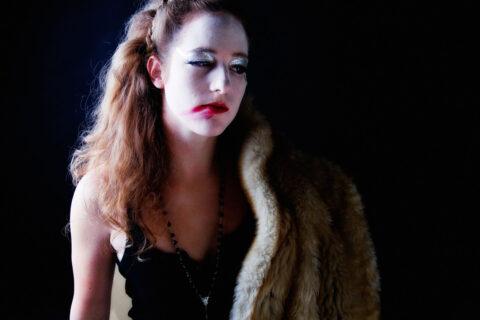 Portret dark glamour 1 door Juri Hiensch
