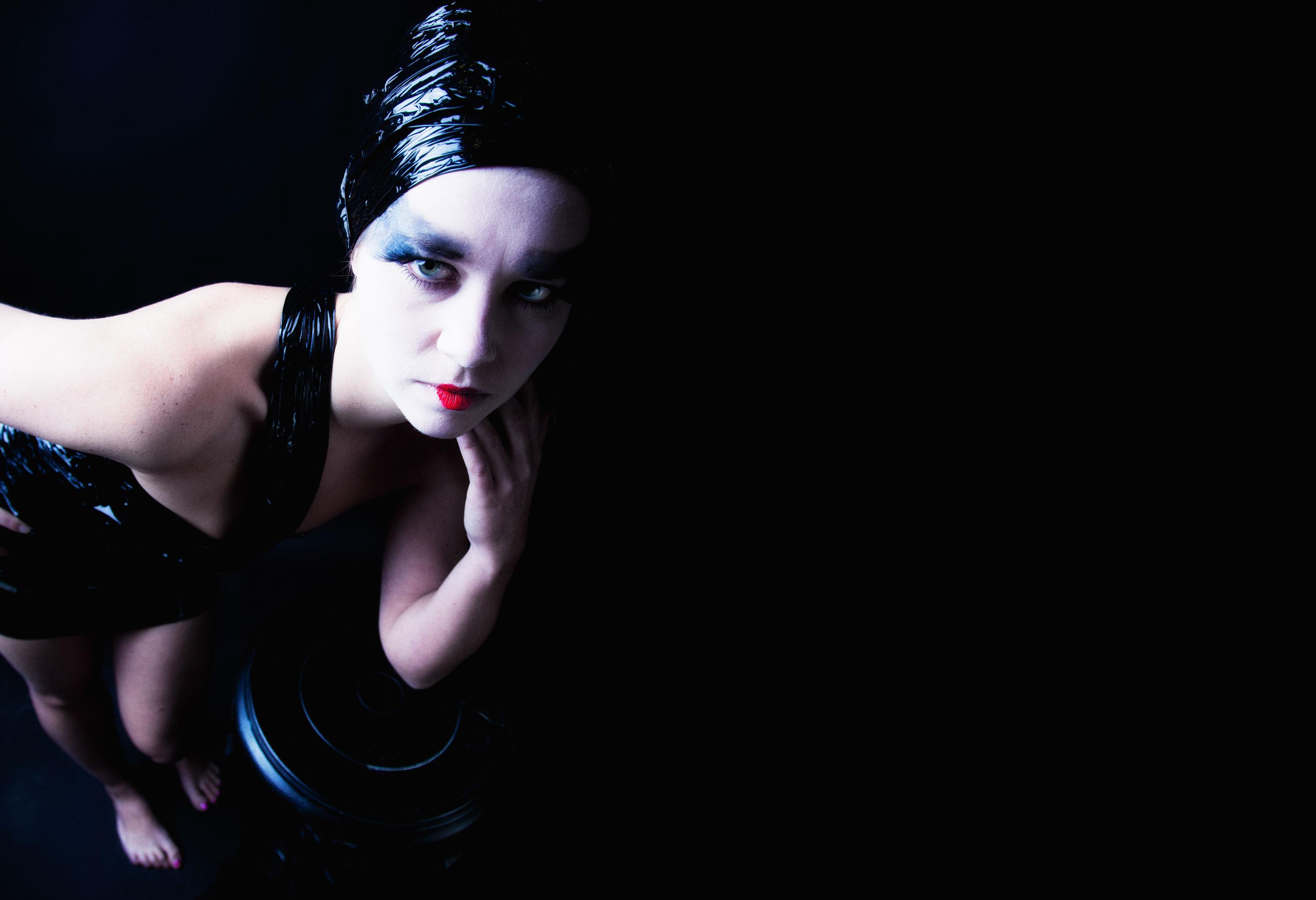 Portret dark glamour 2 door Juri Hiensch