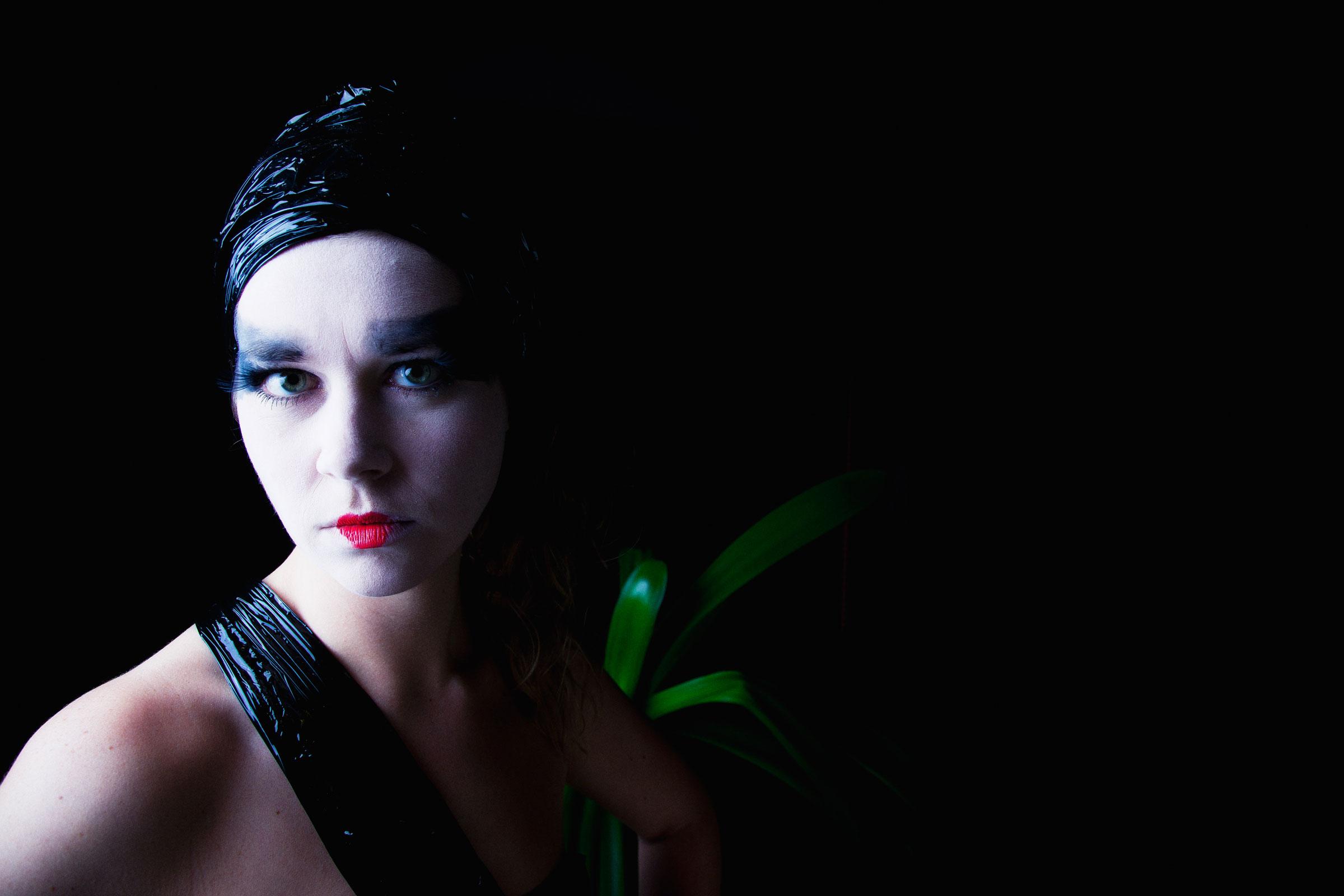 Portret dark glamour 5 door Juri Hiensch