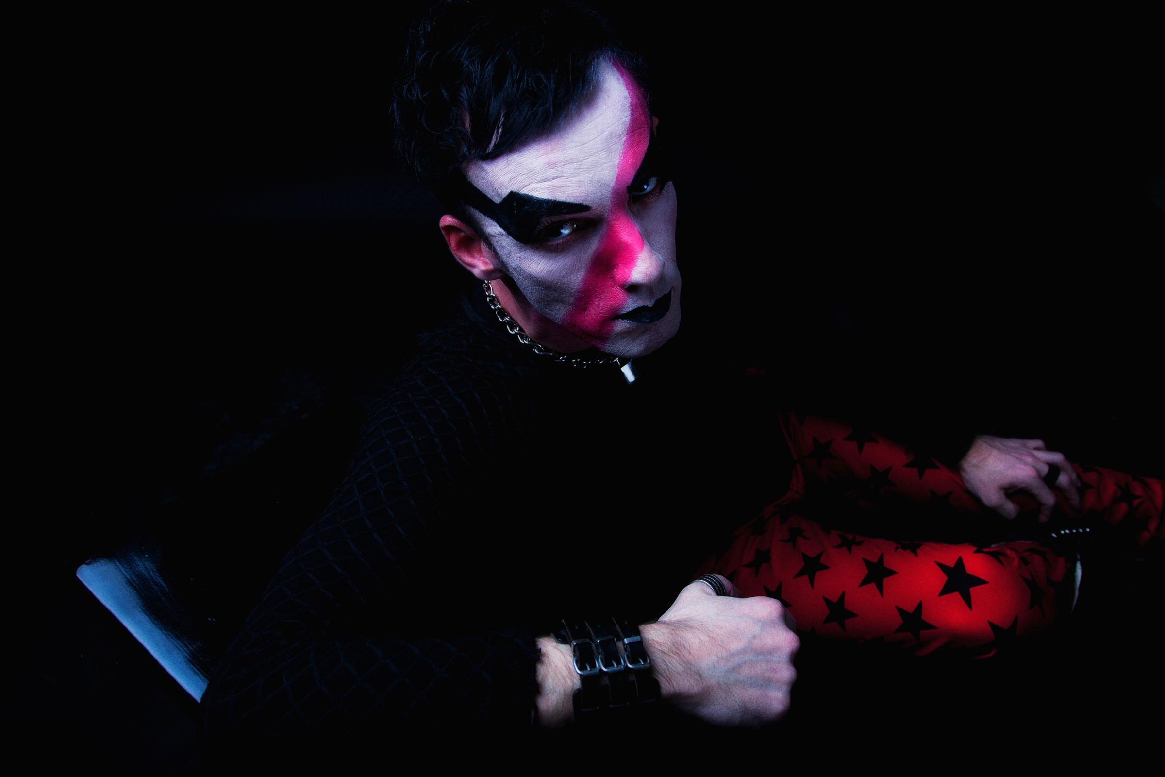 Portret dark glamour 6 door Juri Hiensch