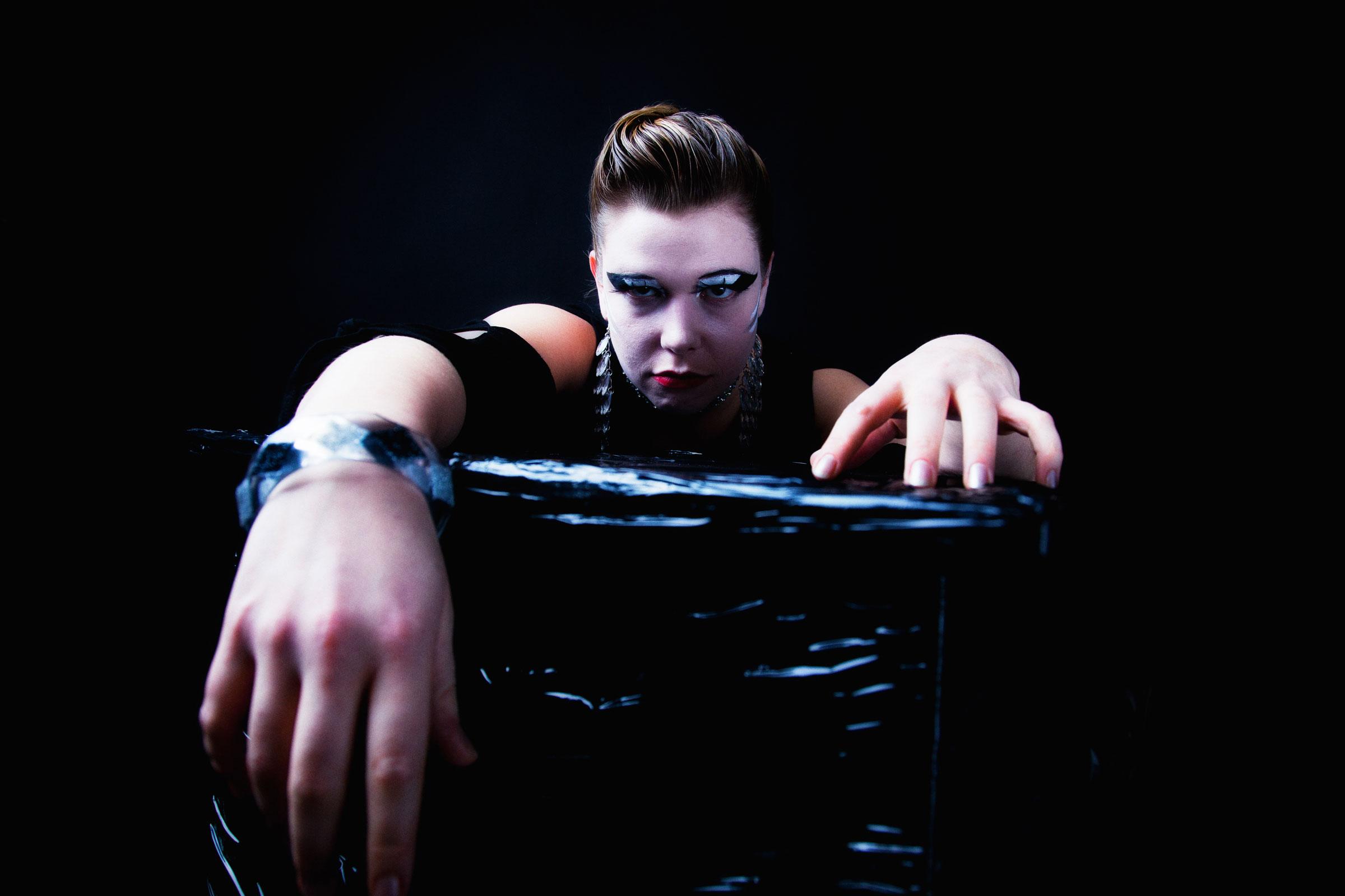 Portret dark glamour 7 door Juri Hiensch
