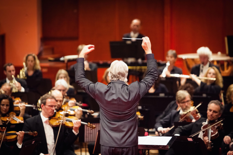 Dirigent tijdens de ingebruikname van TivoliVredenburg door Juri Hiensch