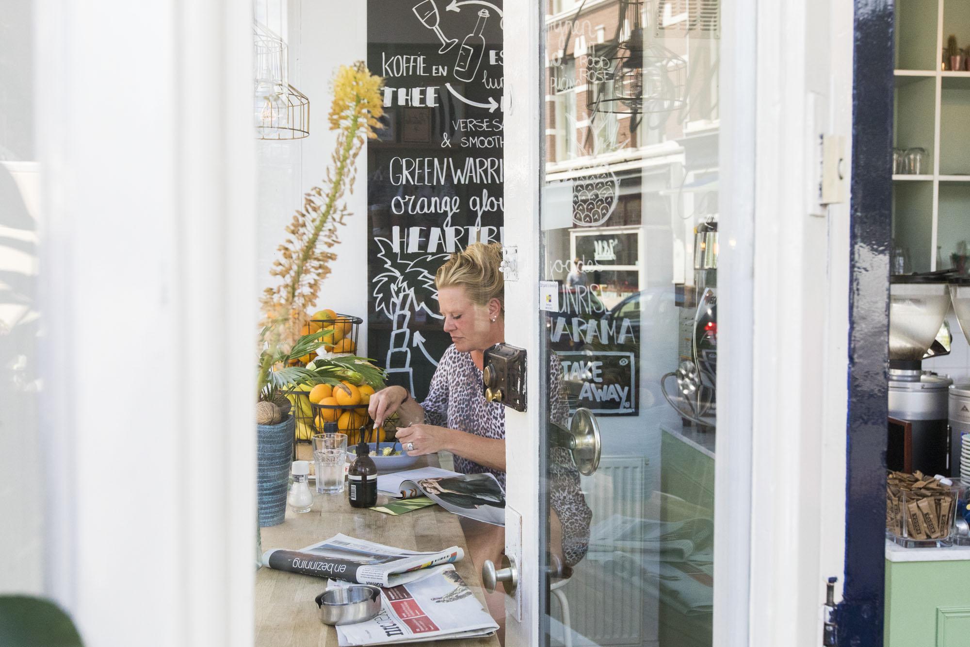 Foto van café in Den Haag door fotograaf Juri Hiensch